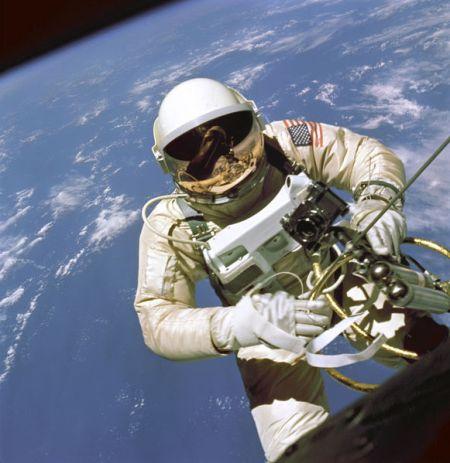 581px-EdWhiteFirstAmericanSpacewalker_1965_ws